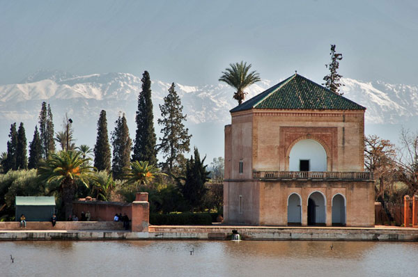 Foto: Pavillion in den Menara-Gärten von Marrakesch (Credit: Acp, Wikipedia)