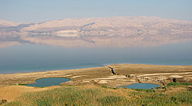 Sinkholes and surface springs in Samar (Western Dead Sea), the Jordan flank of the Dead Sea is visible in the background. Photo: Dr. Christian Siebert/UFZ