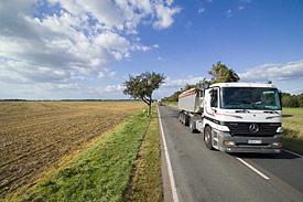 Landstraße mit Lastwagen