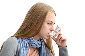 Woman with an asthma inhale. Photo: Alexander Raths, fotolia.com